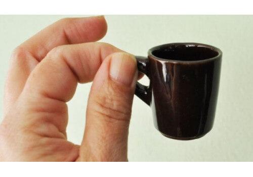 Почему кофе пьют из маленьких чашек?